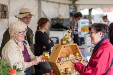 Köper honung i Saluhallen - Matfestivalen i Skövde