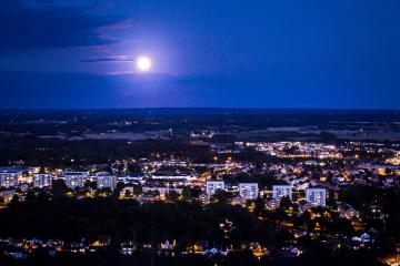 Månen lyser över Skövde